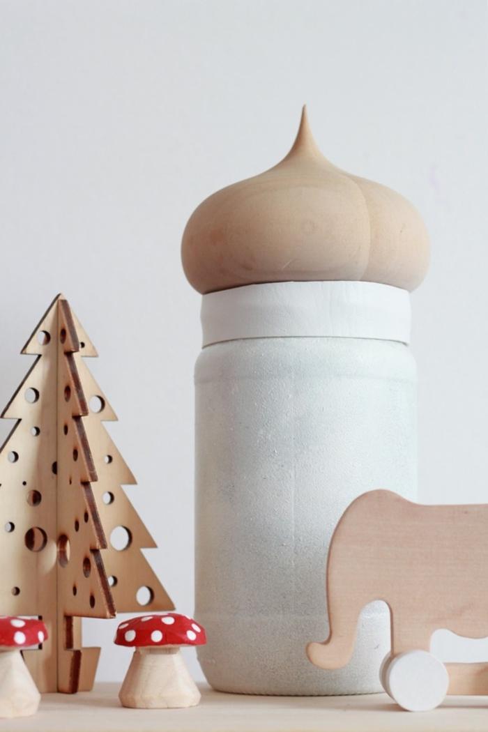 déco originale en bois naturel composée de figurines à thème forêt et d'une lampe bocal à couvercle en bois