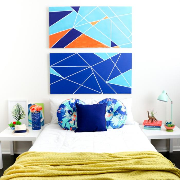 idée déco chambre adulte avec deux panneaux décoratifs en bleu turquoise bleu marin et orange
