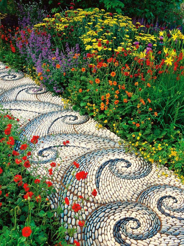 idee deco jardin, construire un sentier mosaïque de galets et cailloux peints en blanc et bleu