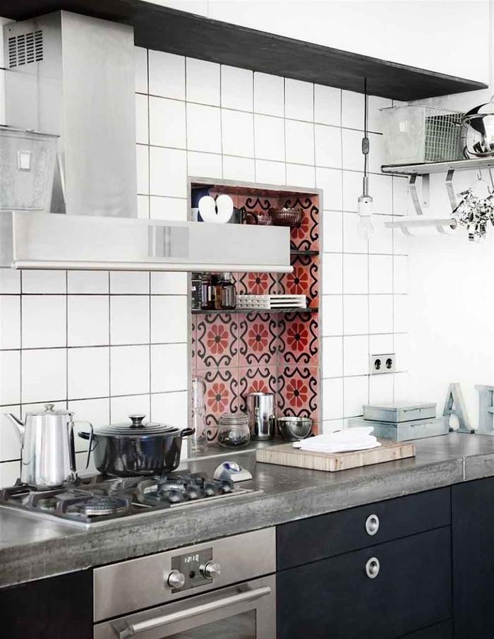 cuisine en noir et blanc avec plan de travail en béton et des électroménagers en inox pour une ambiance de cuisine professionnelle