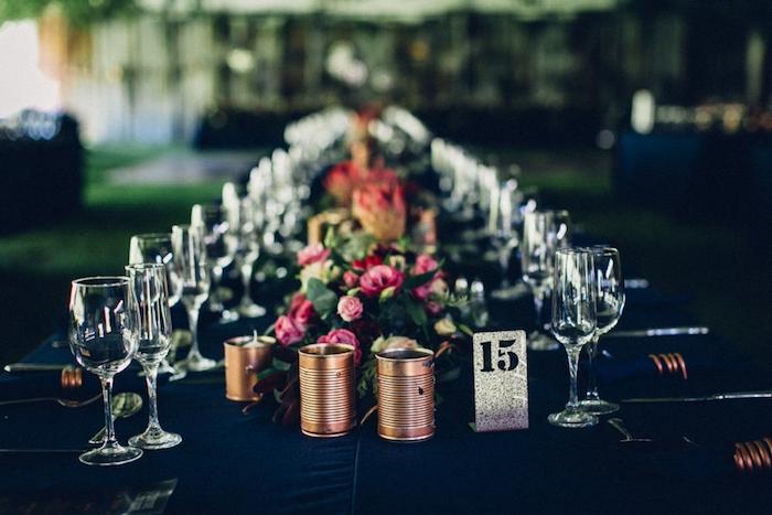 exemple de decoration table mariage, nappe noire, photophores en boites de conserve, chemin de table fleuri, chiffre table