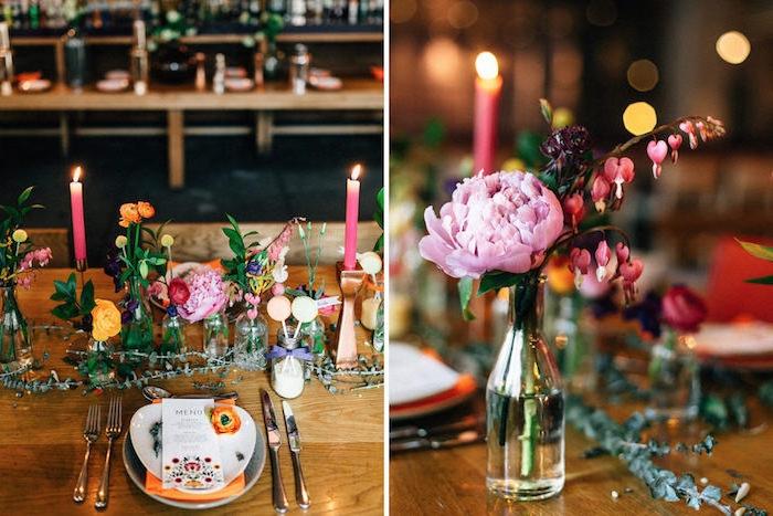 idee mariage deco simple, table en bois, bouteilles en verre avec des fleurs dedans et bougies rose