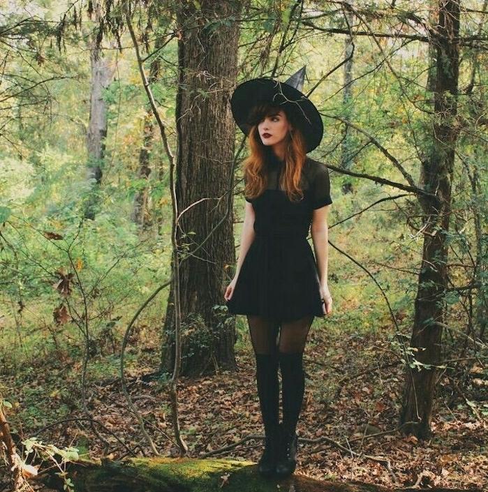 déguisement halloween femme fait maison, robe noire courte, chaussettes hautes, bottines, chapeau sorcière