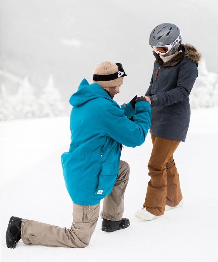 idée de demande en mariage originale dans la montagne, week-end ski, femme et homme en vêtements chauds