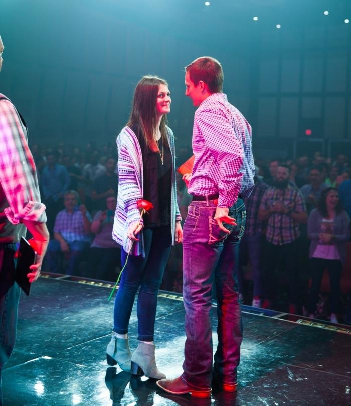 demande en fiancaille sur scène au cours d un concert de musique, femme tenant une fleur et homme
