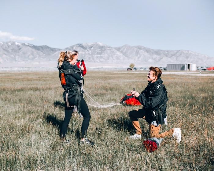 idée de demande en mariage originale accompagnée de vol en parapente, femme émue, proposition vacances
