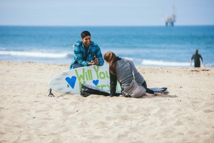 idée surprise copine, message pour mariage écrit sur une planche de surf, proposition mariage sur la plage
