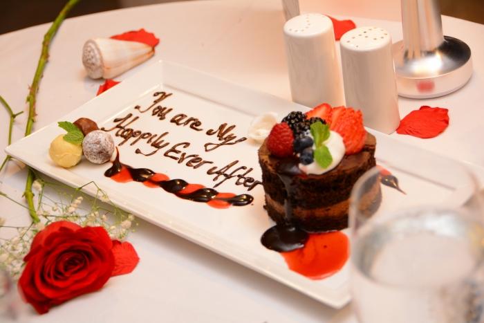 idée surprise mariage, dessert avec message pour mariage, les mots veux tu m épouser écrits au chocolat