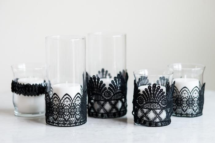 bougies blanches dans des verres, décorés de bandes de dentelle noire, décoration halloween e fabriquer