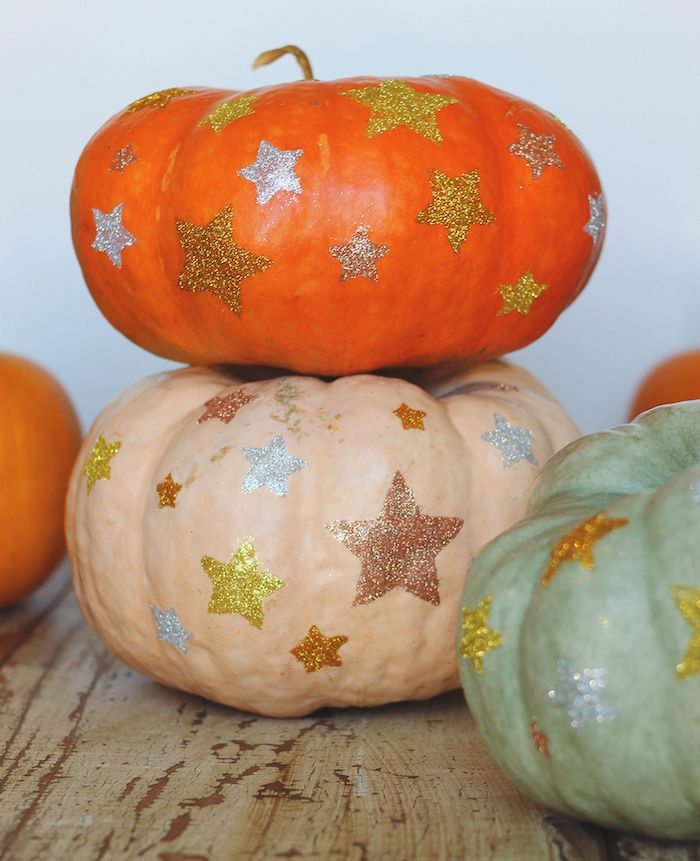 citrouille rouge, beige et vert avec des étoiles en paillettes dessus, deco halloween a faire soi meme