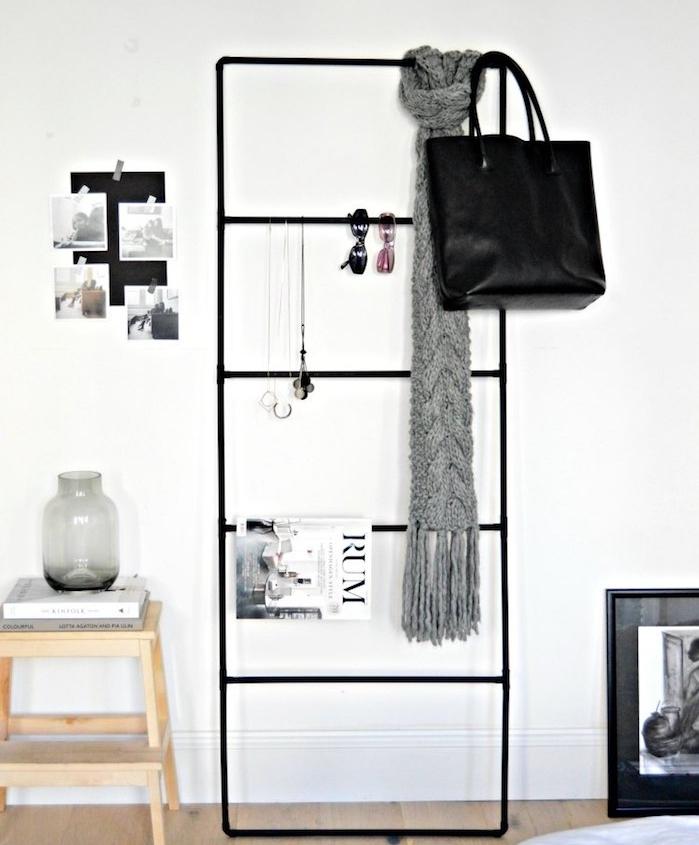 exemple de diy deco chambre, une échelle décorative en metal noire, rangement magazines, écharpe, sac à main, collier, lunettes, table d appoint en tabouret bois