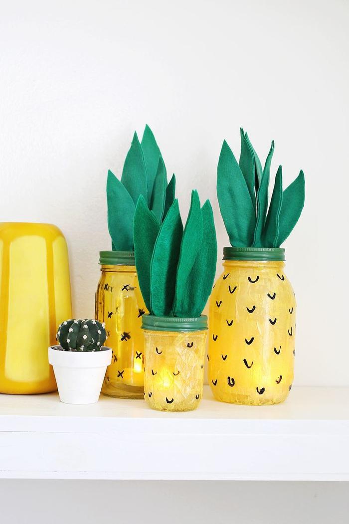 donnez un coup de fraîcheur à la déco avec une lampe a poser ananas fabriquée à partir d'un bocal peint et des feuilles de feutrine