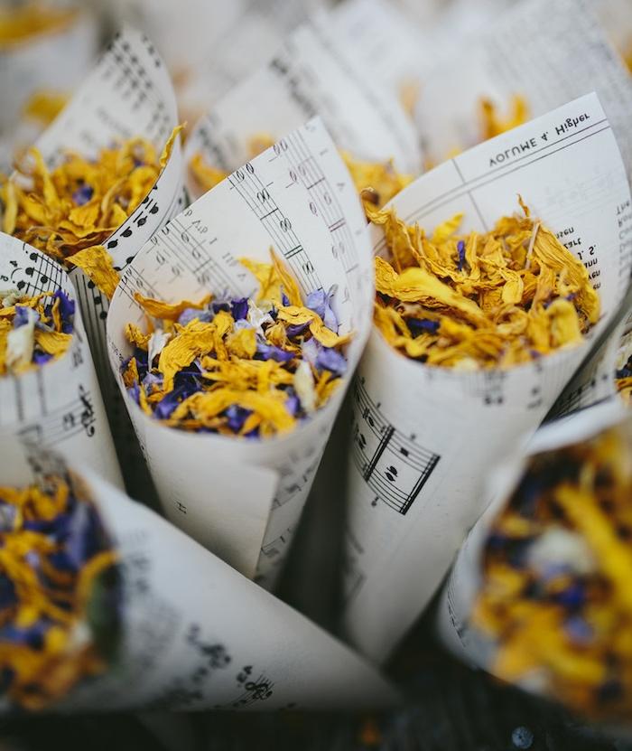 cornets de feuilles de papier notes musicales avec des pétales de fleurs violettes et jaunes séchées