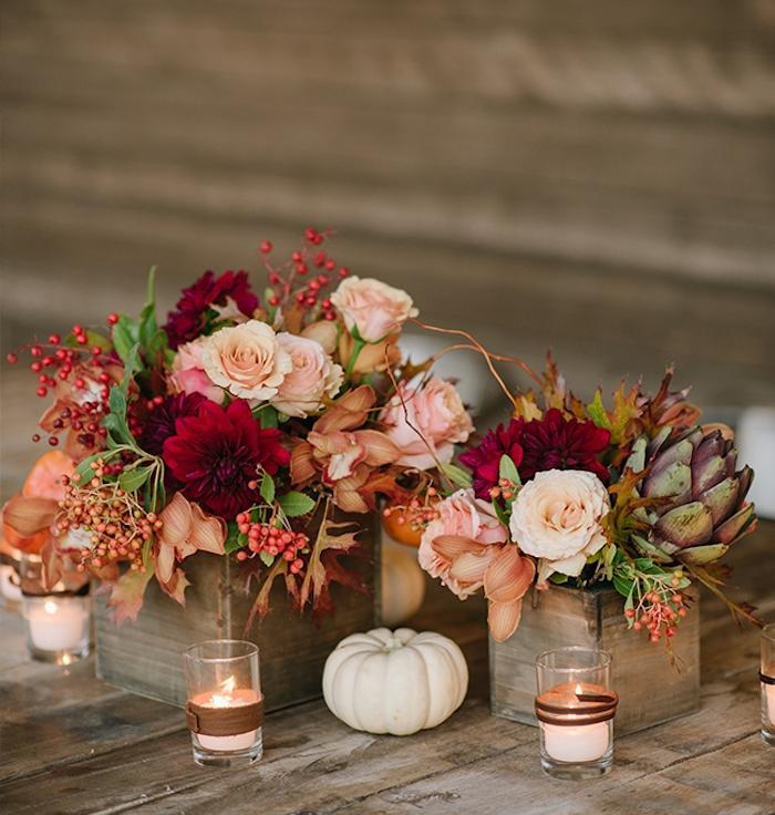 deco mariage a faire soi meme, petits bacs en bois avec des fleurs dedans, citrouille et bougies aromatiques