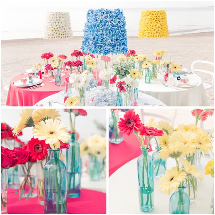 diy mariage deco en bouteilles en verre transformées en vases de fleurs, lampes décorés de fleurs bleues, jaunes et blancs, mariage sur la plage