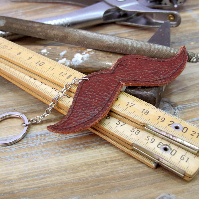 porte clé diy original facile moustache en cuir