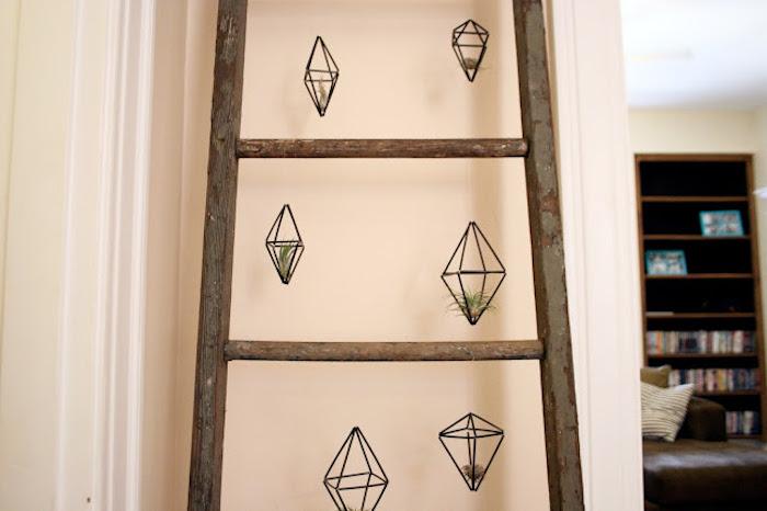 echelle deco bois, effet patine bois avec des pots miniatures suspendues, petites plantes vertes
