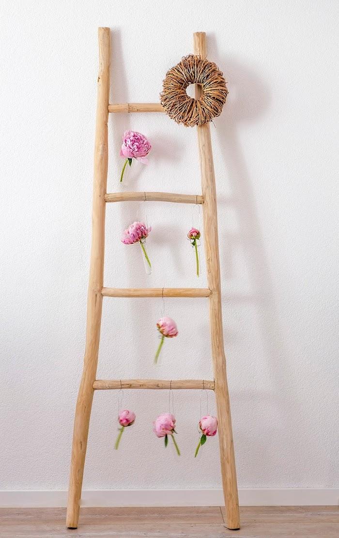echelle bois deco rustique, projet diy pour votre chambre a coucher, fioles fleuries suspendues avec des pivoines et couronne de branches