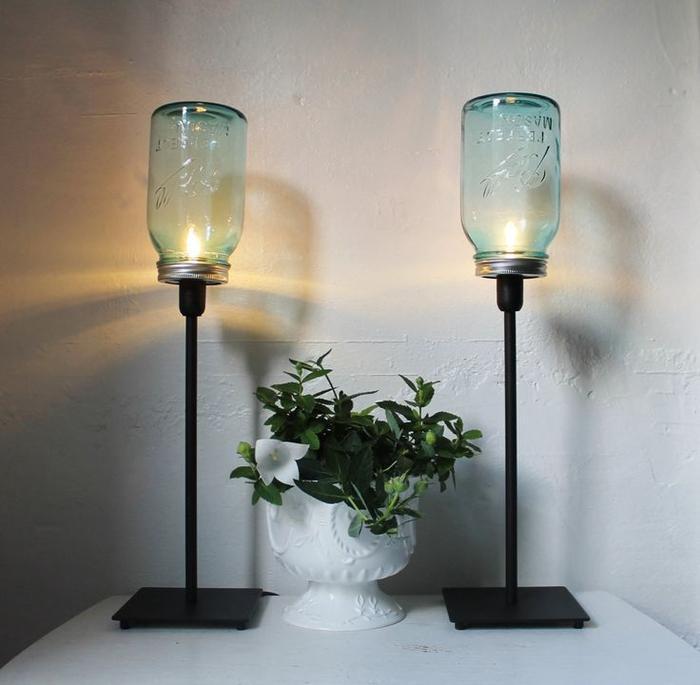des lampadaires symétriques à pied en métal fabriqués à partir des bocaux le parfait recyclés pour une déco chic dans l'entrée