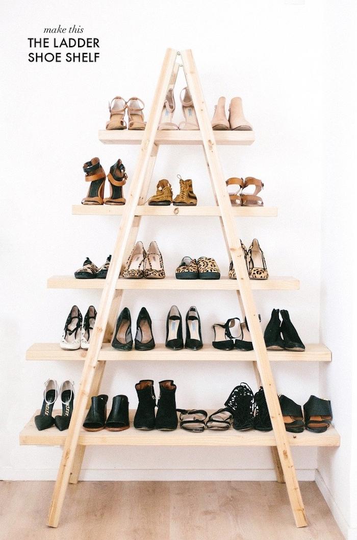 étagère échelle avec des rangements en planches de bois clair, range chaussures, idée de meuble fonctionnel
