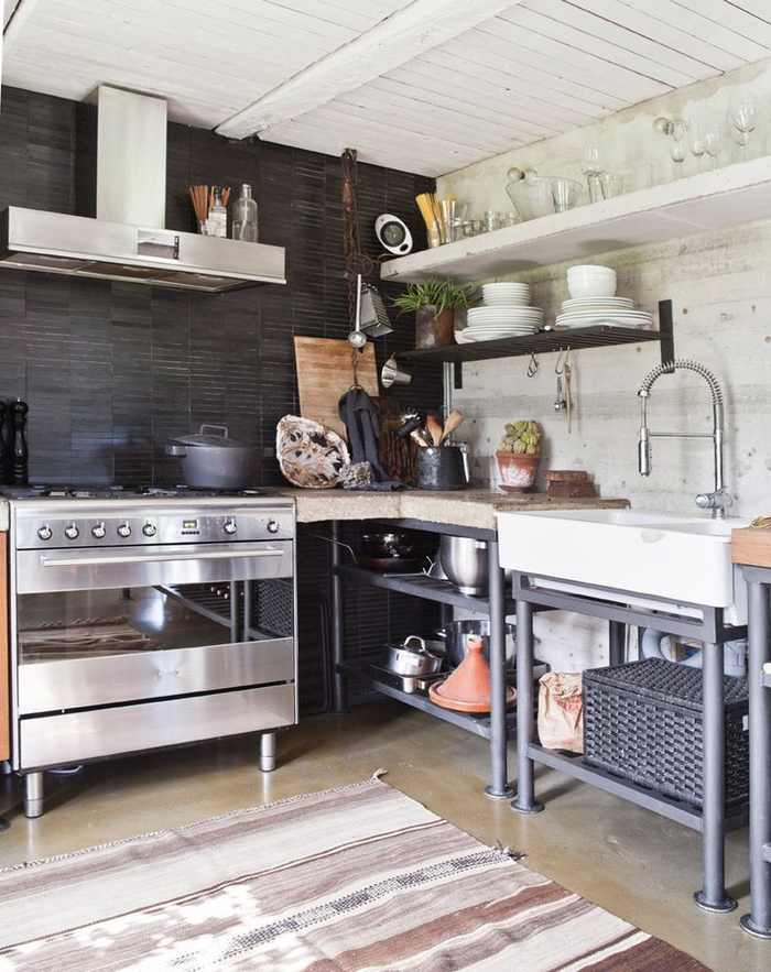 des meubles industriels de cuisine sans portes dans une ambiance rustique