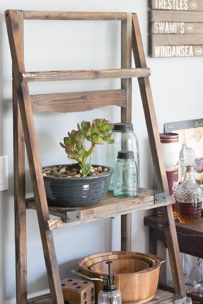 echelle decorative en bois et metal, pots de fleurs, succulents, bocaux en verre, panier bois, accents vintage