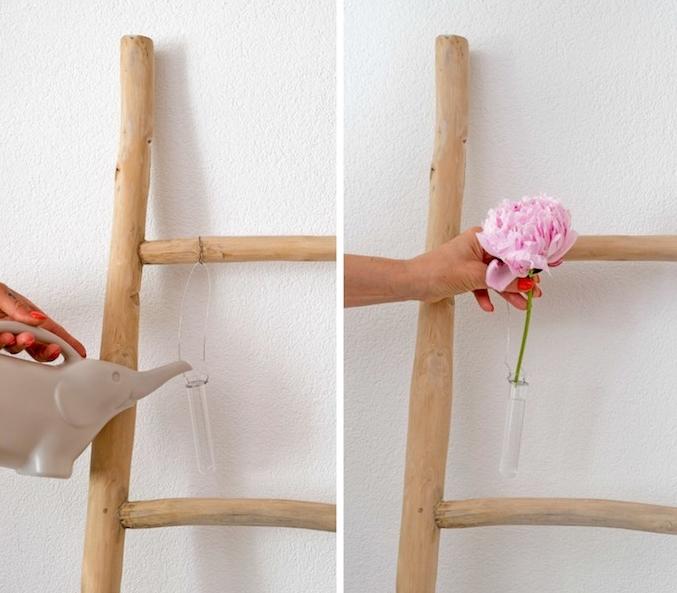 echelle decorative en bois avec des fioles de fleurs suspendues, technique diy deco chambre a faire soi meme