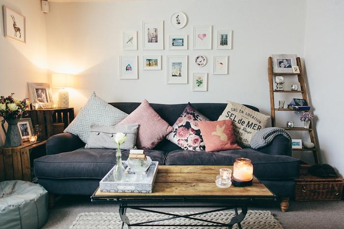 échelle décorative bois, rangement accents déco, canapé gris anthracite, table basse en bois et métal, coussins colorés, cagettes en bois etageres
