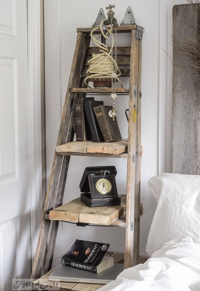 echelle deco en bois style vintage à côté du lit, rangements en planches de bois, accessoires deco retro choc, téléphone, bouquins, décor rustique