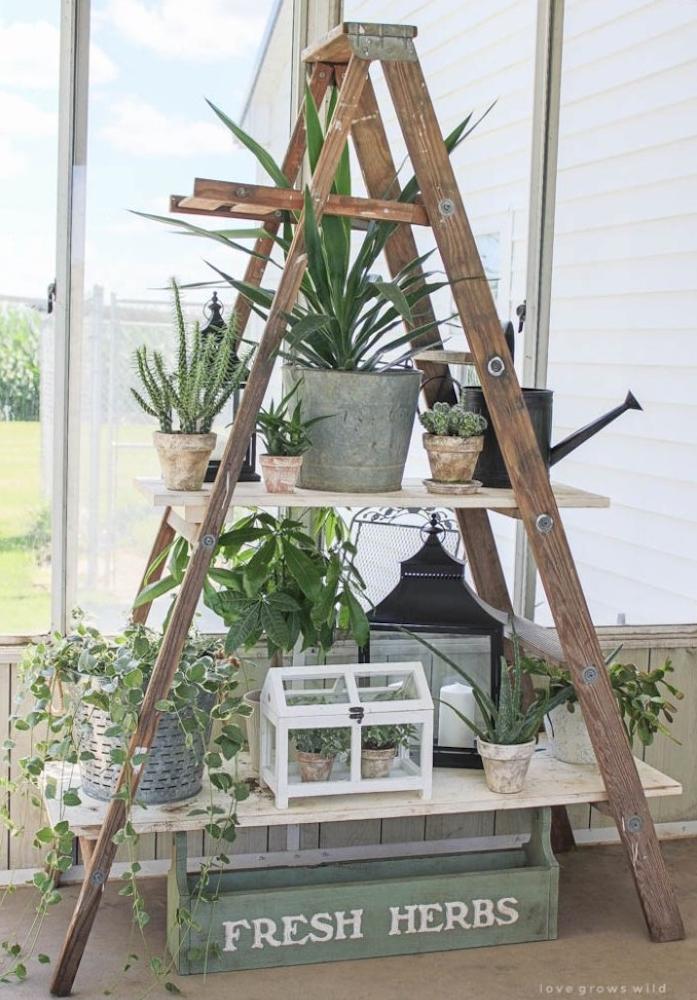 echelel etagere, jardiniere en bois avec des rangements en planches de bois, pots de fleurs, lanterne vintage, arrosoir
