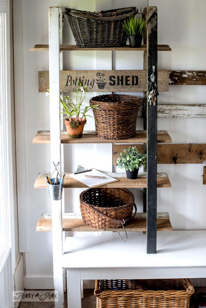 etagere echelle a fabriquer soi meme avec des rangements en planches de bois, paniers en rotin, pots de fleurs avec des plantes, bureau blanc