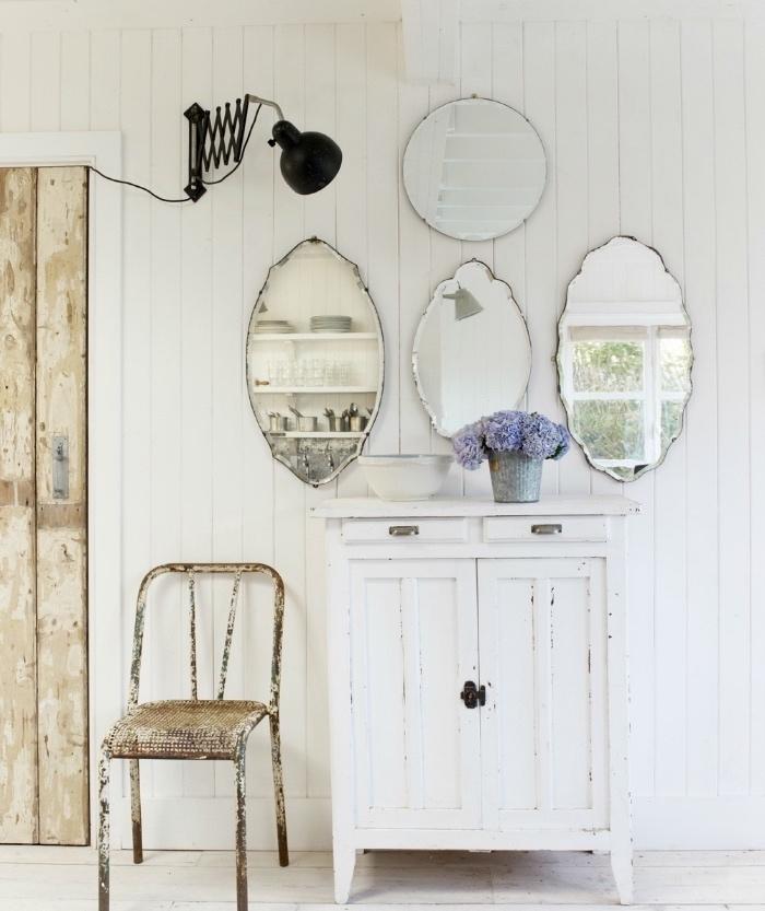 patine meuble blanc, idée de décoration shabby chic campagne, armoire patinée blanc et beige et deco de miroirs
