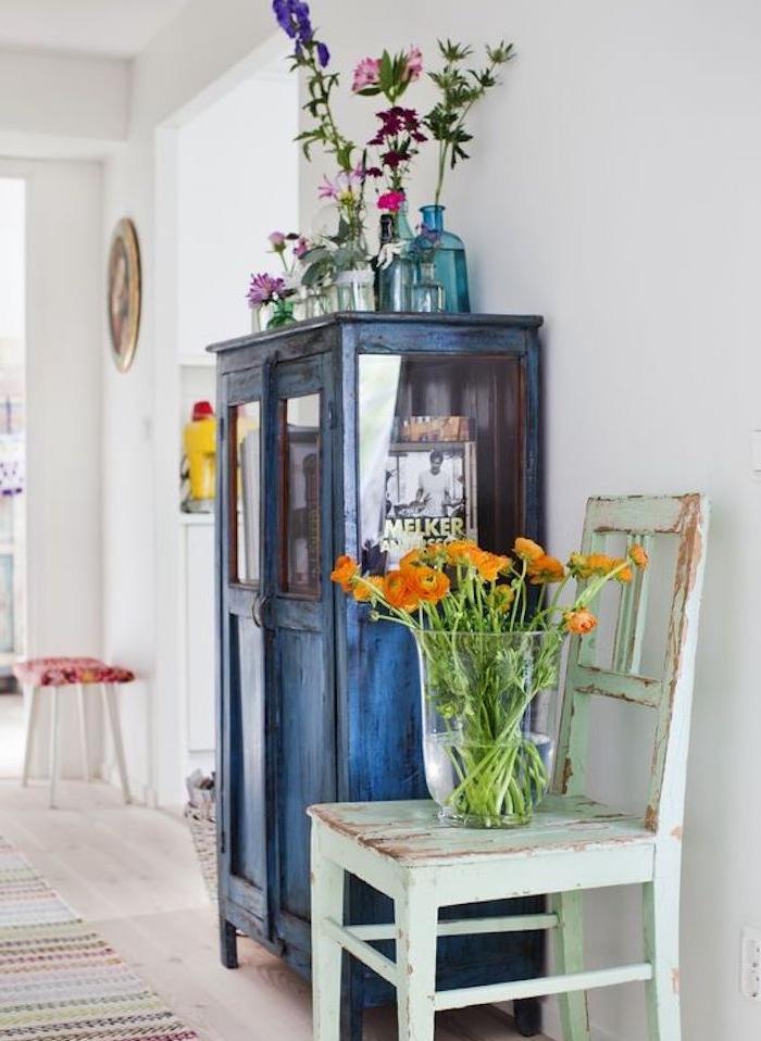 relooker armoire ancienne, repeinte en bleu marine et patiné, chaise vert menthe defraichie artificiellement, parquet clair, deco de fleurs colorées