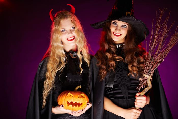 exemple de deguisement halloween pour femme, sorcière, cape et robe noire, cornes diable, citrouille lanterne, balai