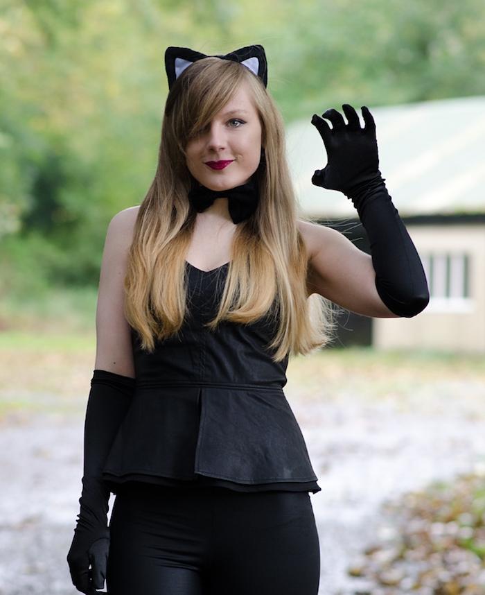 exemple de deguisement femme pour halloween, pantalon noir et bustier, noeud de papillon et gants longs noirs, maquillage simple