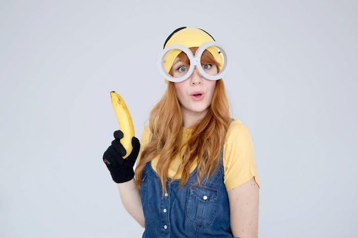 exemple de déguisement halloween femme fait maison, tee shirt et chapeau jaune, salopette jean, lunettes larges