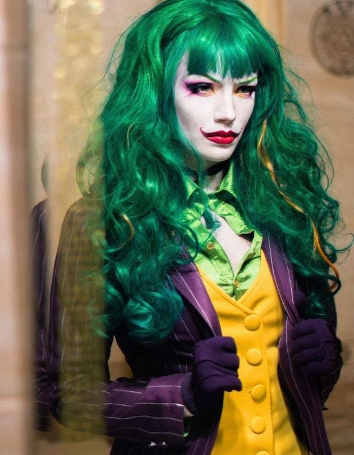 exemple de deguisement adulte original femme, joker femme, cheveux verts, veste violette, chemise verte et gilet jaune, rouge à lèvres vermeil