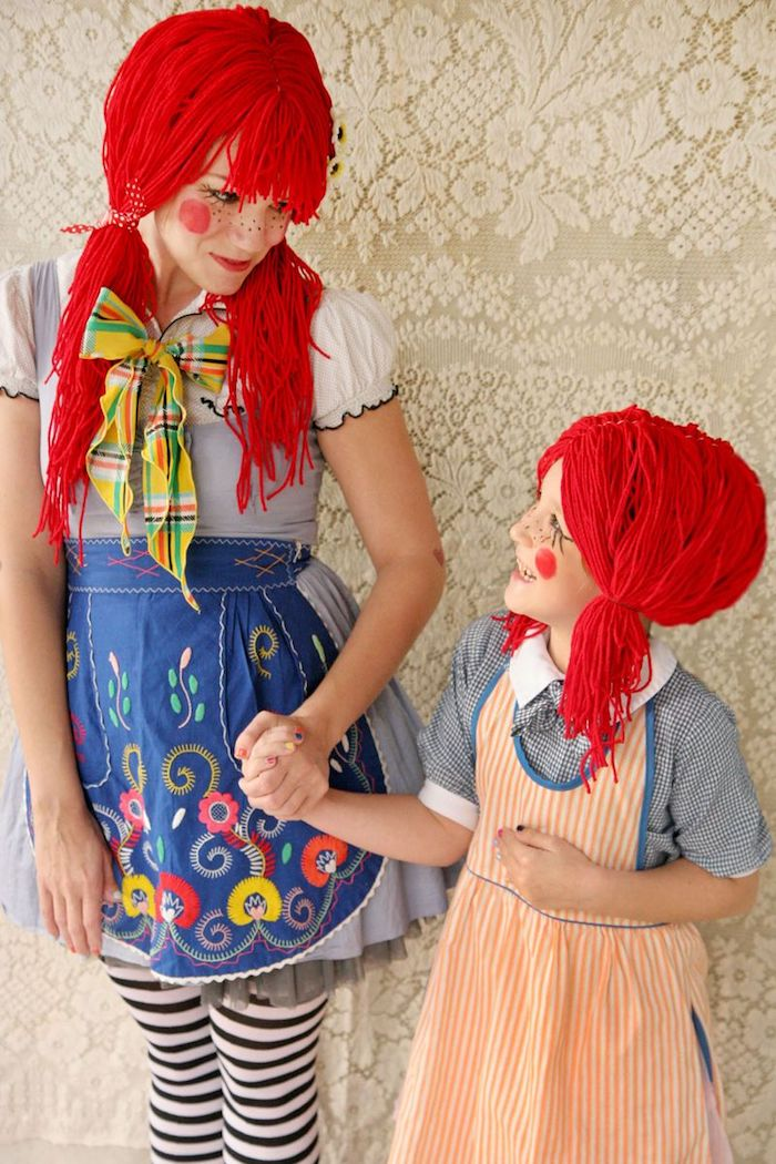 modele de deguisement halloween femme fifi brindacier, perruque rouge en fils de laine, robe bleue avec tee shirt blanc, tablier bleue à motifs floraux, collants noir et blanc