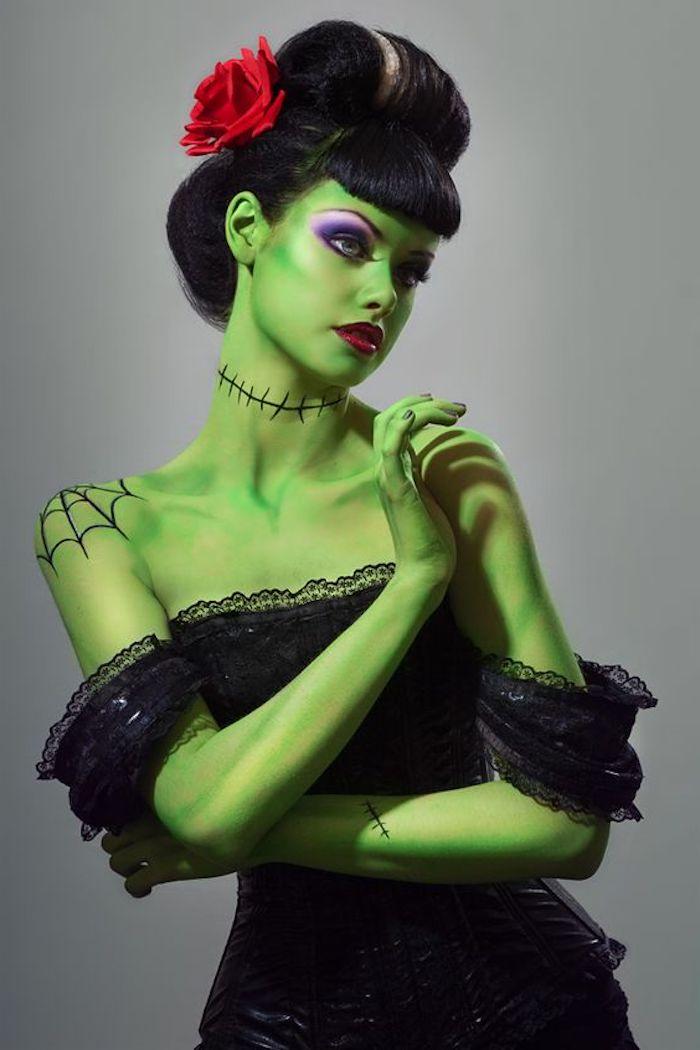 idée de déguisement monstre avec peau coloration verte, robe en dentelle noire, coiffure élégante et rose rouge