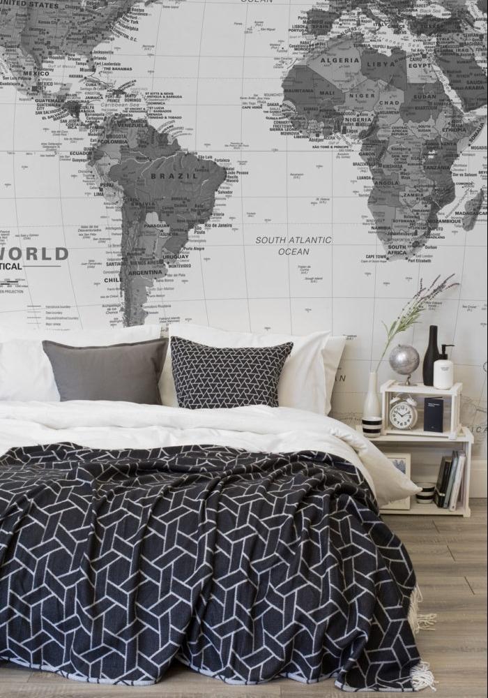 idée de tapisserie chambre, style graphique, carte du monde geographique, linge de lit gris et blanc et couverture à motifs géométriques
