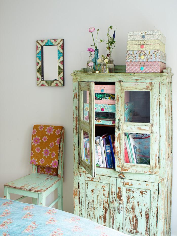 repeindre un meuble en vert menthe, idée pour patine meuble, retouches de teinture pour bois couleur marron, chaise patinée, deco shabby chic