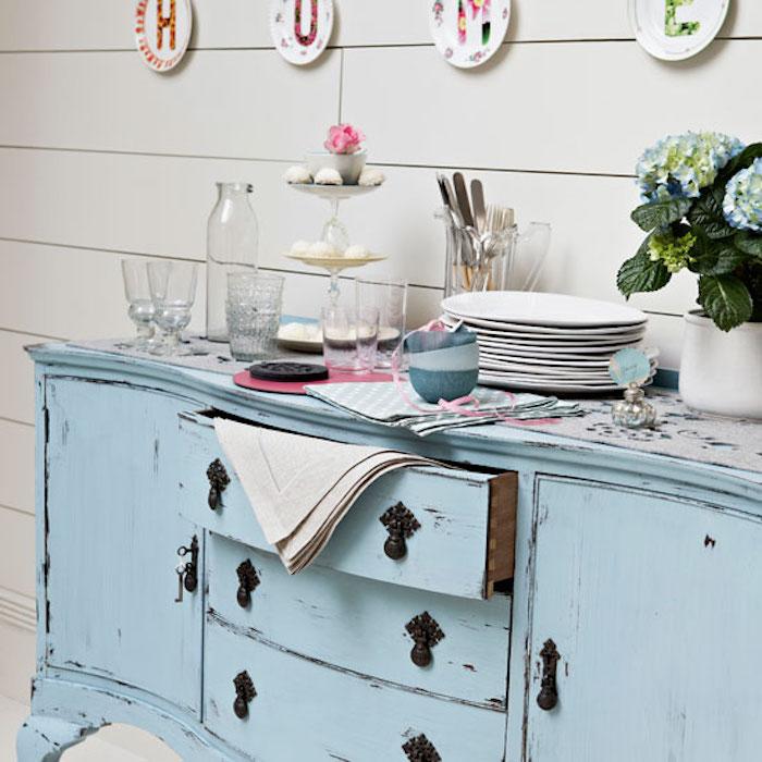 renover un meuble en bois en couleur bleu pastel, aspect usé atteint avec de la patine bois, vaisselle campagne choc et deco murale assiettes décoratives