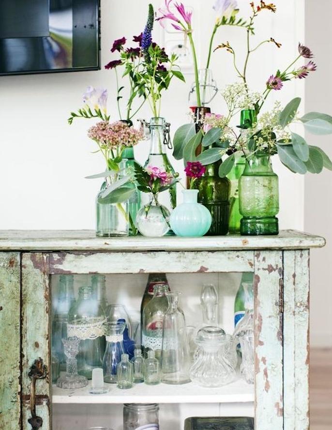 exemple de vaisselier campagne chic, repeinte de couleur vert menthe, aspect vieilli, rouillé, deco de vases de fleurs