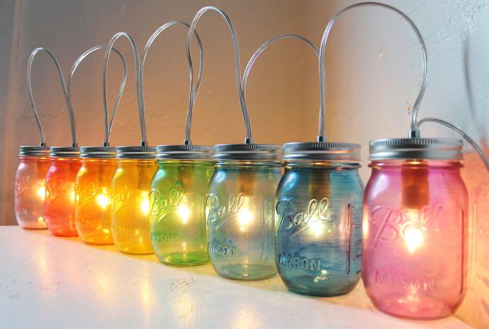 des bocaux le parfait en verre coloré transformés en jolie suspension émettant une lumière douce