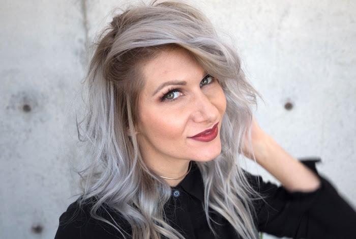 coiffure grunge femme cheveux gris volume ondulés
