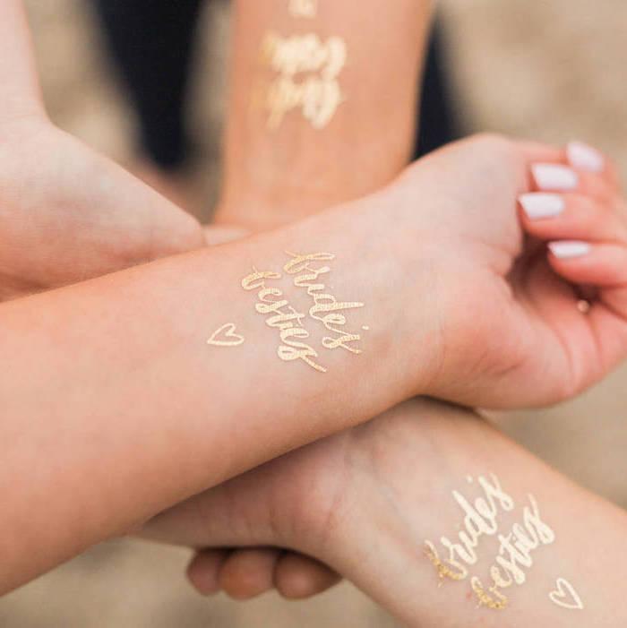 tatouage commun, tattoo temporaire à lettres dorées à design mariage, tatouage symbolique entre filles