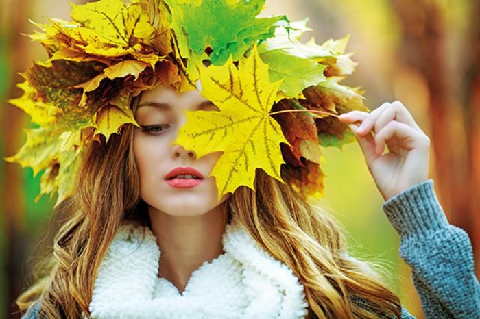fond d'écran automne, fille photographiée avec des feuilles pendant l'automne