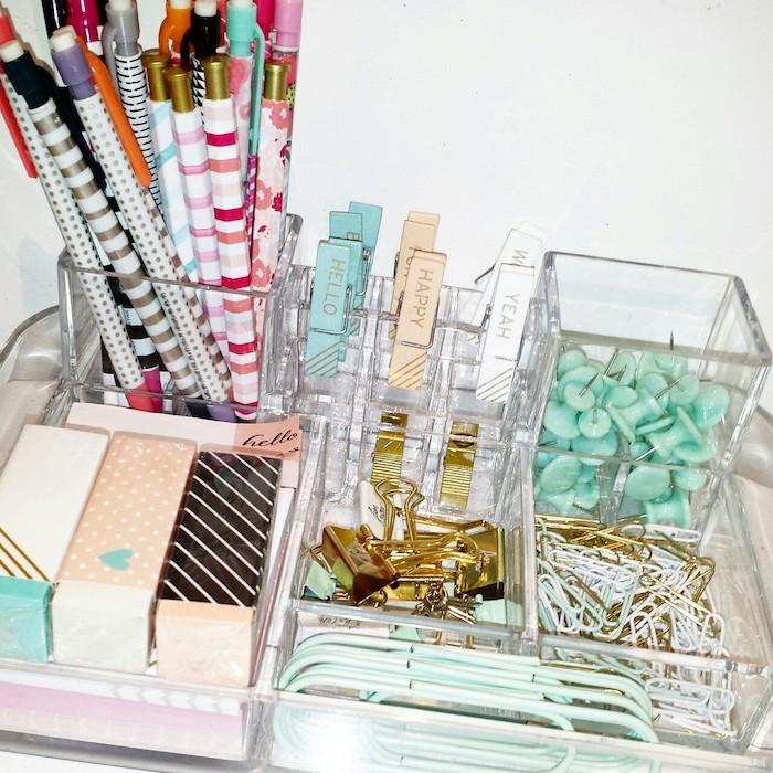 amenagement bureau, quels accessoires acheter pour son espace de travail, agrafes et crayons multicolore