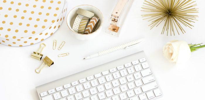 amenagement bureau, boîte en carton diy, accessoires de bureau en blanc et or, rose et clavier blancs