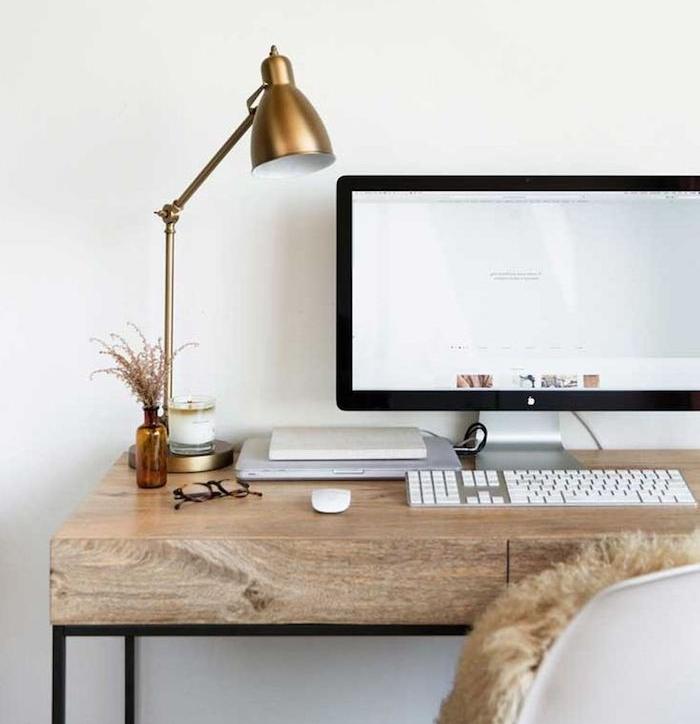 meuble bureau, chaise papillon et bureau en bois et fer, lampe de bureau nuance cuivrée, clavier et souris blancs
